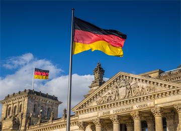 Alman Parlamentosu önünde Alman Bayrağı