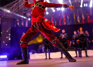 Gürcü Ulusal Kostümü ile bir Dansçı