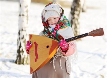Geleneksel Balalayka ile Rus Kız Çocuğu