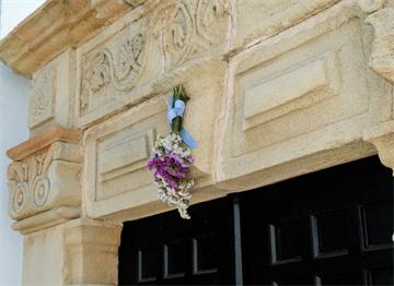 Mayıs Kutlaması için Kapı Üstüne Asılmış Kır Çiçekleri