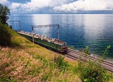 Baykal Gölü Kıyısında Demir  Yolu Hattı
