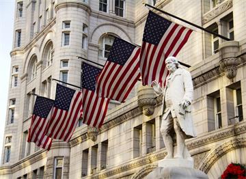 Benjamin Franklin Heykeli ve Amerikan Bayrakları