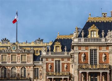 Versay Sarayı Önünde Dalgalanan Fransız Bayrağı