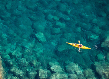 Ligurya Denizi'nde bir Kano Sürücüsü