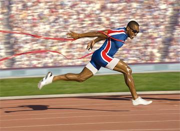 Bitiş Çizgisini Kucaklayan Amerikan Atlet